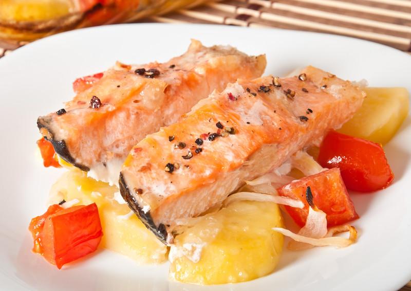 salmone con patate e pomodori