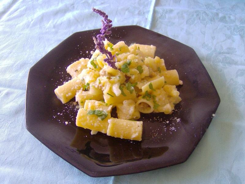 pasta con cavolfiore salsiccia zafferano