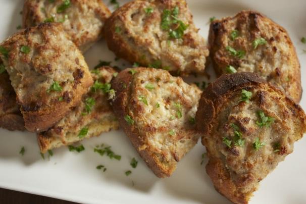 crostini di pane con crema alla salsiccia_
