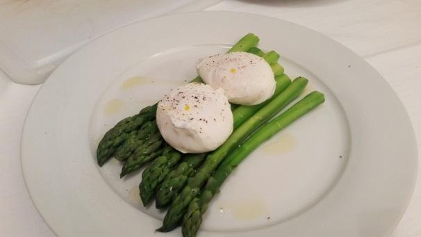 uova in camicia con asparagi_
