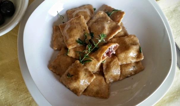 pasta ripiena con feta e olive