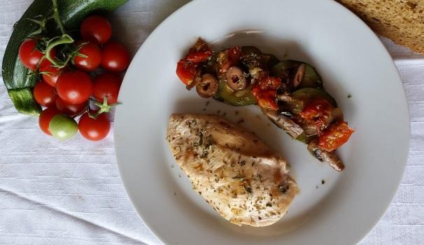 petto di pollo con champignon e zucchine