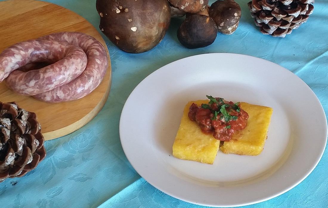 Polenta fritta con sugo di porcini e salsiccia