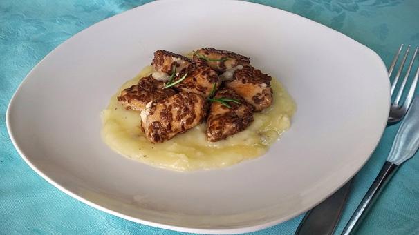 petto di pollo ai semi di lino con crema di patate piatto finito