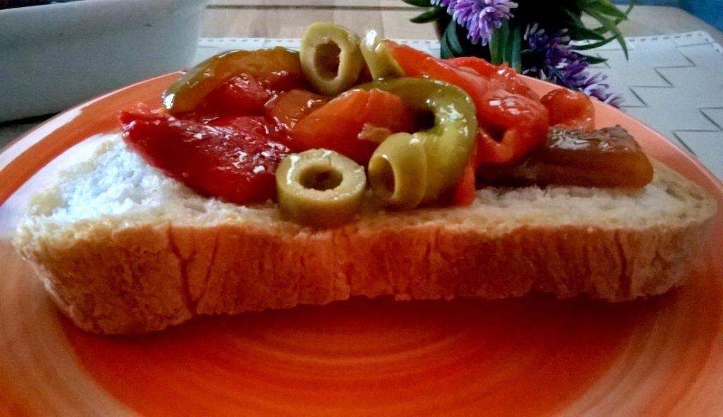 Peperoni grigliati con olive e capperi