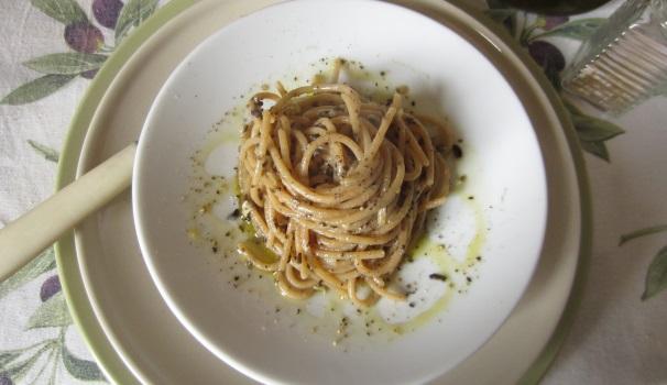 Spaghetti con olive nere e gorgonzola
