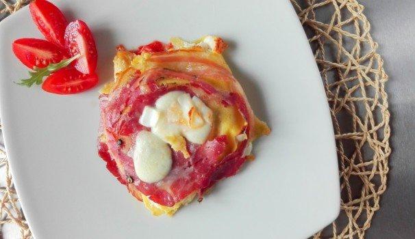 Crepes al forno con pomodori, mozzarella e pancetta