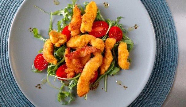 Pepite di pollo alla paprika con rucola e pomodorini