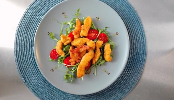 pepite di pollo alla paprica con insalata di rucola e pomodorini