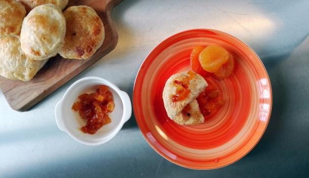ravioli dolci al formaggio e salsa di albicocche