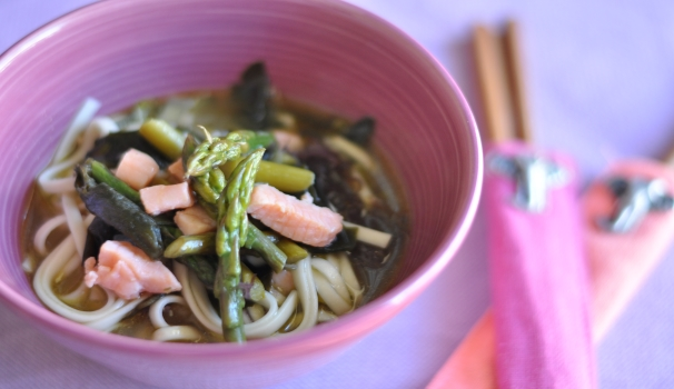 Noodle al salmone alghe e asparagi ricetta