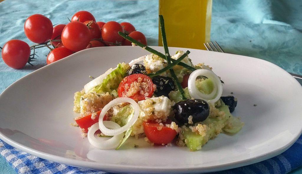 insalata greca di quinoa.