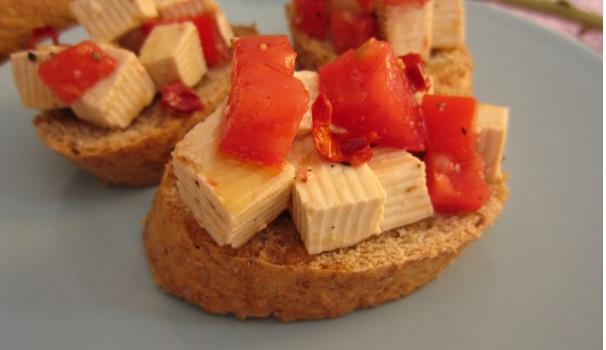 Crostini con tofu piccante