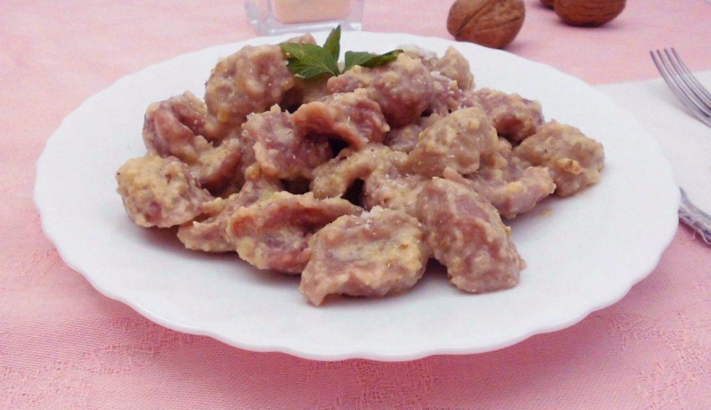 gnocchi alla rapa rossa e salsa di noci con bimby