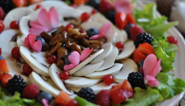 insalata di funghi e frutti di bosco_
