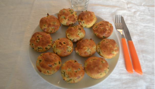 muffin salati con prosciutto e piselli foto di fine procedimento