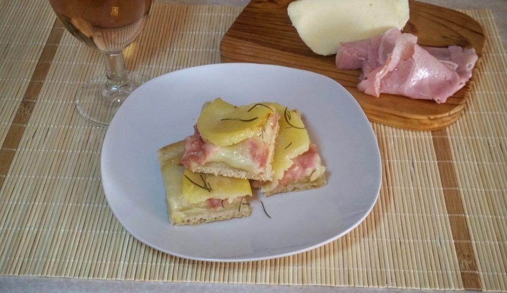 Focaccia con patate, prosciutto e rosmarino