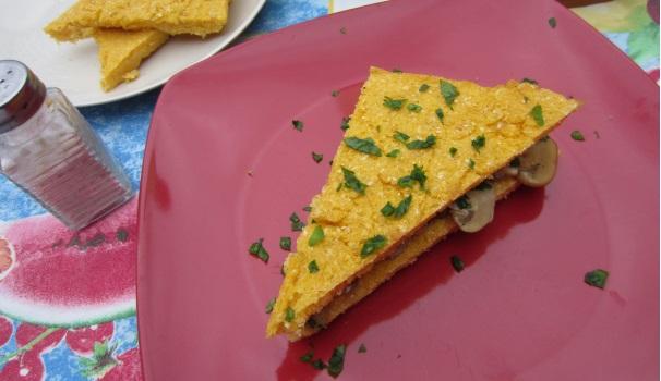 Sandwich di polenta con funghi croccante