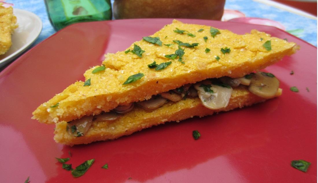 Sandwich di polenta con funghi