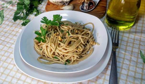 spaghetti con bagna cauda e noci