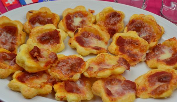 pizzette in pasta sfoglia foto fine procedimento