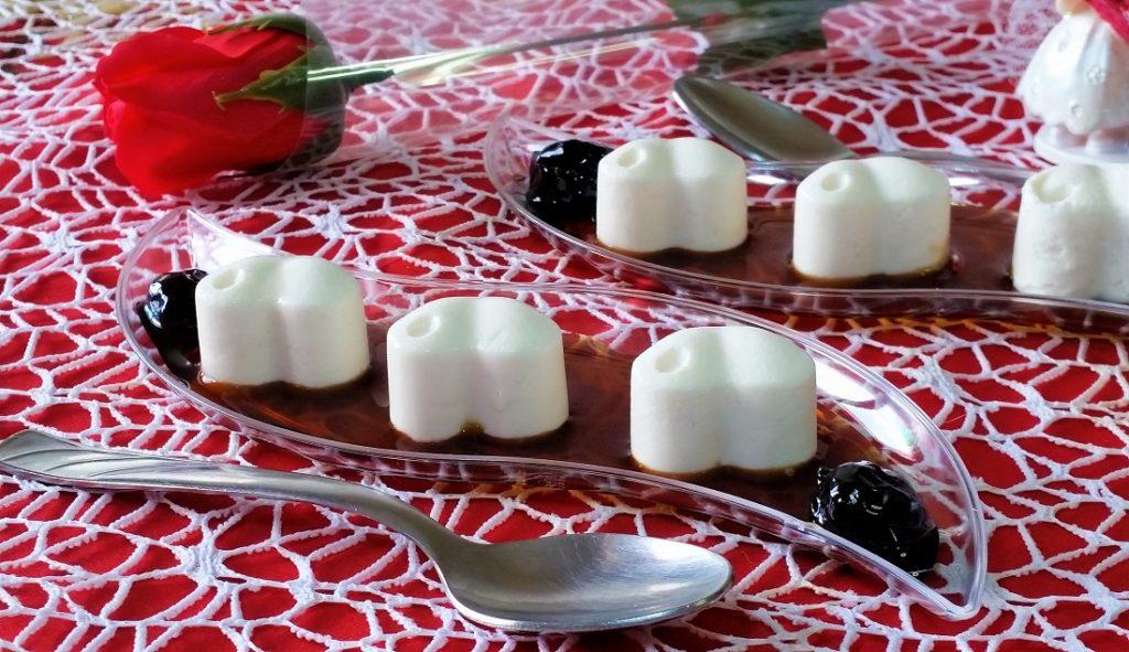 cuori di panna cotta alla vaniglia con sciroppo di amarene.