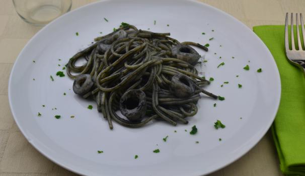 spaghetti al nero di seppia foto fine procedimento