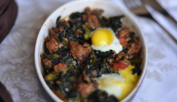 Salsiccia al forno con uova di quaglia e pomodoro risultato finale