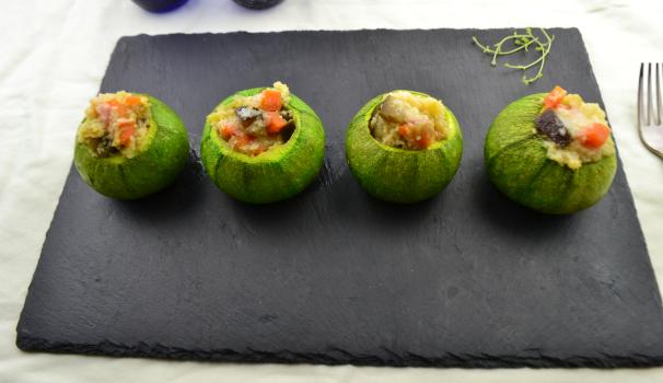 zucchine tonde ripiene di cous cous con verdure foto fine proc