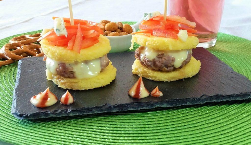 panini di polenta con hamburger