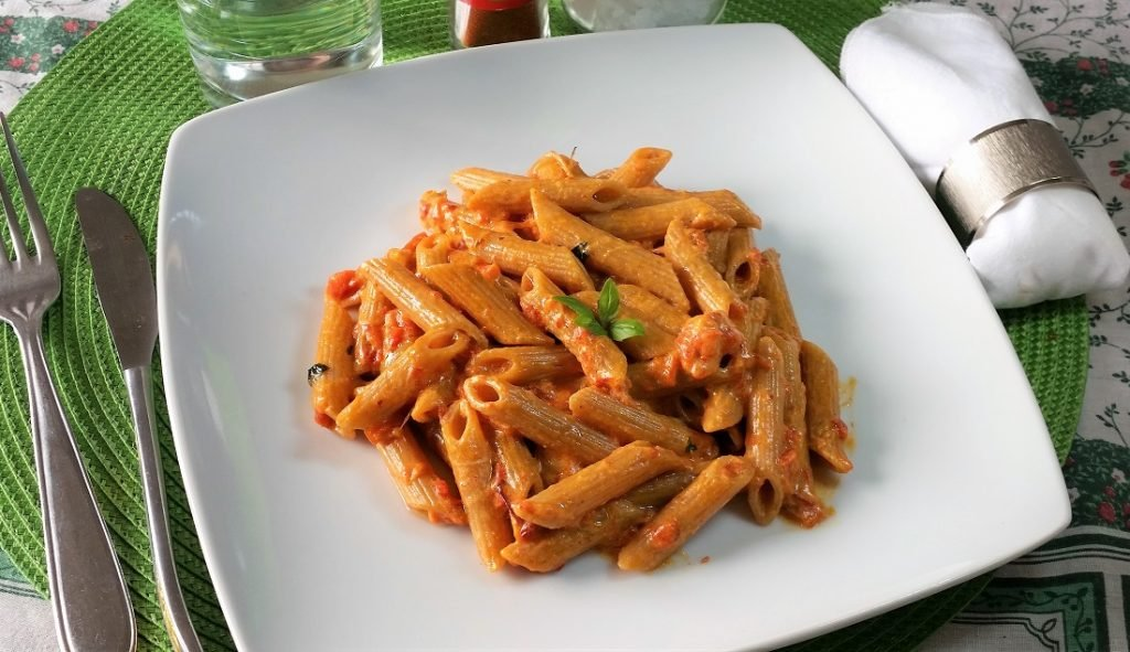 pasta con salsa di peperoni arrosto e robiola
