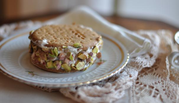 Biscotto con crema alle fragole e granella di pistacchi risultato finale