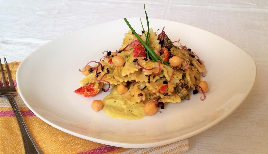 pasta fredda con verdure e salsa ai ceci