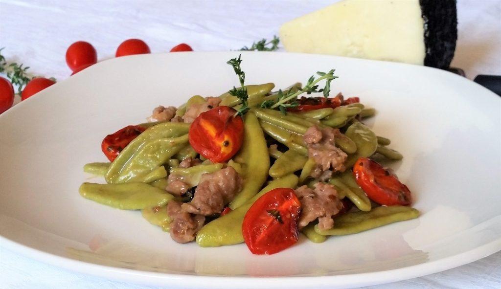 foglie d'ulivo con salsiccia e pomodorini confit
