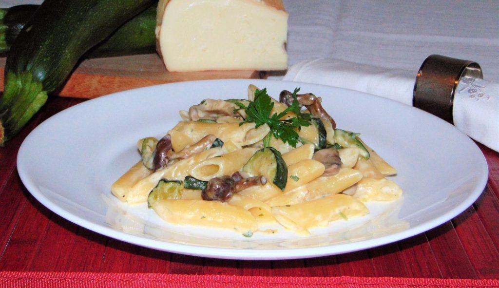 pasta con zucchine, pioppini e taleggio