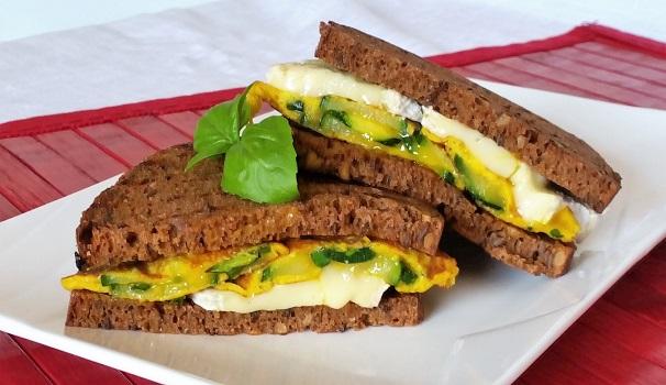 Sandwich ai 4 cereali con frittata di zucchine e brie