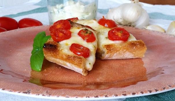 garlicbread con pomodoro e mozzarella