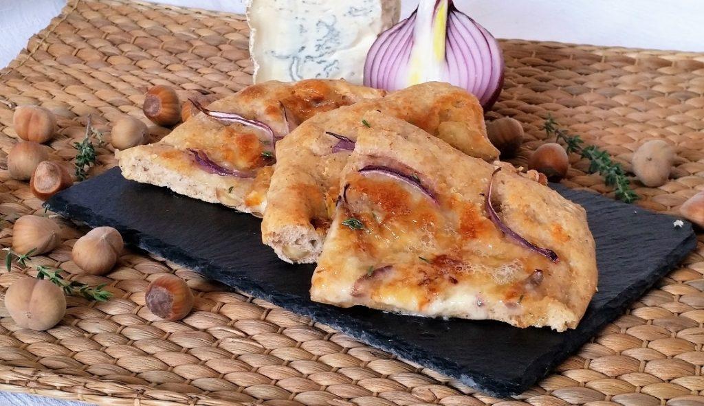 spianata con cipolle, gorgonzola e nocciole