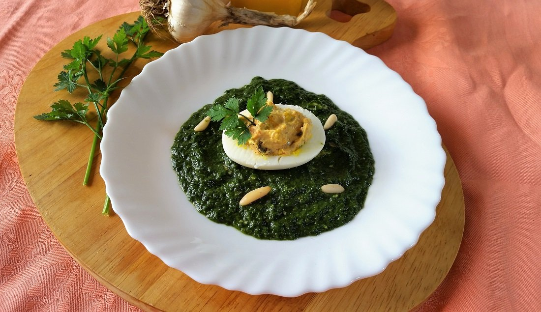 uova ripiene su vellutata di spinaci allo zenzero